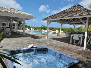 Villa AZUR, Piscine, Jacuzzi, Tennis, proche Plage - Terres Basses vacation rentals