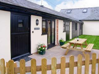 ROWDENS BARN, pet-friendly, single-storey, woodburner, games room, Blandford Forum Ref 905898 - Turnworth vacation rentals