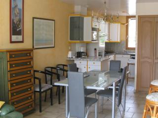 Nice House with Dishwasher and Outdoor Dining Area - La Couarde vacation rentals
