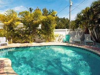 Pineapple Cottage: 2BR Quaint Pet-Friendly Cottage - Holmes Beach vacation rentals
