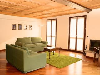 Casa Lory: LAILA. Spacious apartment with balcony! - Bellagio vacation rentals