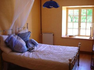 Bright 4 bedroom Le Mans House with Dishwasher - Le Mans vacation rentals