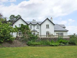 WOOD BANK, detached, en-suites, games room, gym, in Llanhennock, Ref 28119 - Llangattock vacation rentals