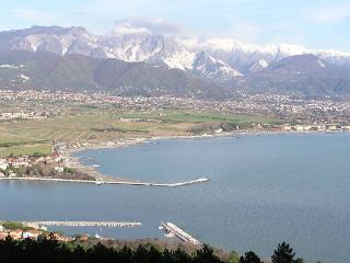 4 minuti a piedi dal mare casa con giardino - Marina di Carrara vacation rentals