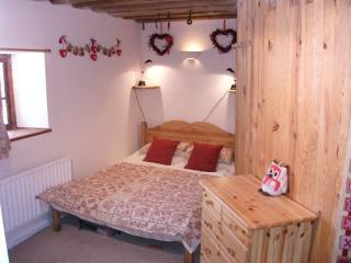 Chalet Hirondelle sleeps 7 free wifi smart tv - Nancroix vacation rentals