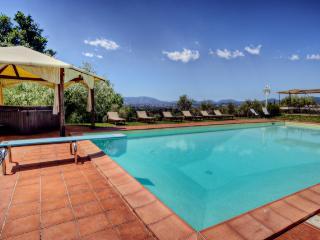 Villa Il Gobbo: Huge Garden, Pool, Hot Tub - Capannori vacation rentals