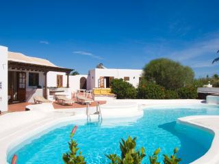 Villa Annabella with wifi heated pool hot tub - Puerto Del Carmen vacation rentals