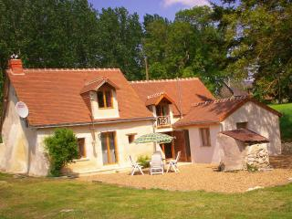 Lovely 3 bedroom Noyant Cottage with Internet Access - Noyant vacation rentals
