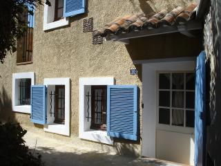 Bright 2 bedroom Sablet House with Internet Access - Sablet vacation rentals