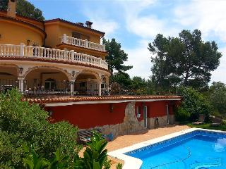 Fantastic 6-bedroom villa in Torrelles for 12 people, just 15km from Barcelona and the Mediterranean - Barcelona vacation rentals