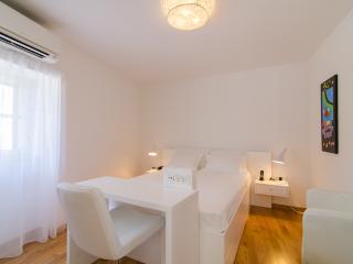 Standard double room balcony 102 - Split vacation rentals