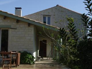 Charming Cottage with Internet Access and Outdoor Dining Area - Gaillan-en-Medoc vacation rentals