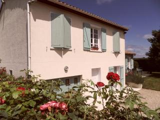 4 bedroom House with Satellite Or Cable TV in Saint-Dizant-du-Gua - Saint-Dizant-du-Gua vacation rentals