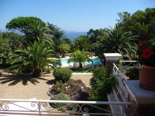 Appartements F3 F2 avec piscine chauffée à 150 m de la plage. - Les Issambres vacation rentals