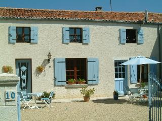 Sunny 1 bedroom Bagnizeau Gite with Internet Access - Bagnizeau vacation rentals