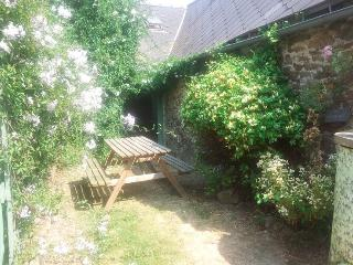 Cozy 2 bedroom Gite in Pledeliac with Washing Machine - Pledeliac vacation rentals