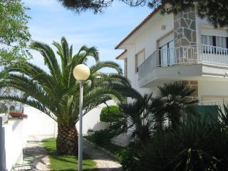 Casa de Praia com Amplo Jardim - Salir do Porto vacation rentals