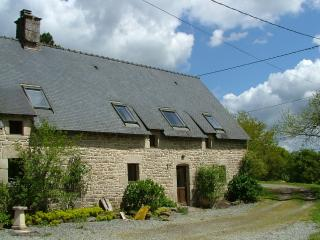 Chestnut cottage with shared heated pool - Guemene-sur-Scorff vacation rentals