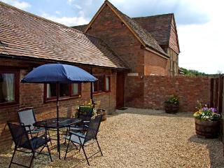 THE COW PEN, romantic, luxury holiday cottage, with a garden in Stratford-Upon-Avon, Ref 914529 - Stratford-upon-Avon vacation rentals