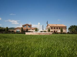9 bedroom Farmhouse Barn with Shampoo Provided in Cingoli - Cingoli vacation rentals