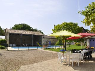 Comfortable 5 bedroom Farmhouse Barn in Sauze-Vaussais with Internet Access - Sauze-Vaussais vacation rentals