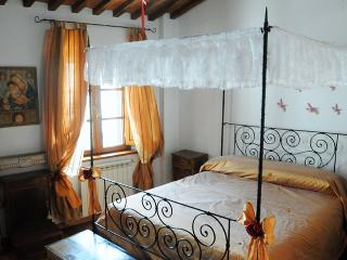 2 bedroom apartment for rent in Lucca, steps from shops and sights - Lucca vacation rentals