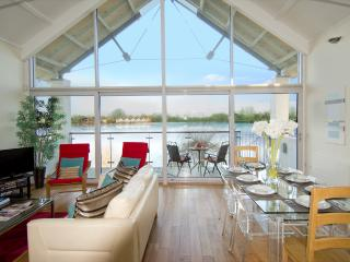 22 Clearwater/ Waterhaze Lodge, Lower Mill Est 4 bed sleeps 8 + z bed/ spa - Cirencester vacation rentals