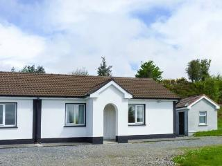 ROBIN'S ROOST, ground floor, en-suite, off road parking, lawned garden, in Cornamona, Ref 913356 - Ballinasloe vacation rentals
