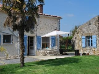 Bright Farmhouse Barn with Deck and Dishwasher in La Chapelle-Themer - La Chapelle-Themer vacation rentals