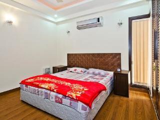 REDLEAF SERVICED APARTMENT 3 BEDROOMS APARTMENTS - New Delhi vacation rentals