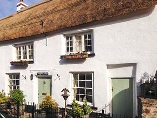 VINEYARD COTTAGE, Grade II listed thatched holiday home, pet-friendly, woodburner, walks from the door, in Winkleigh, Ref 25133 - Hatherleigh vacation rentals