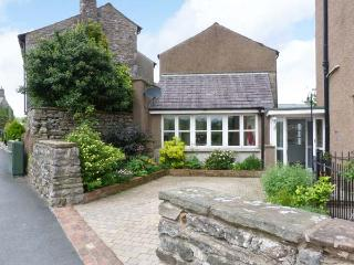 PEEL COTTAGE, woodburning stove, WiFi, outdoor area with garden bench, Ref 29839 - Kirkby Lonsdale vacation rentals