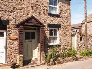 MYRTLE COTTAGE, pet-friendly, woodburner, character cottage near amenities in West Witton, Ref. 906028 - West Witton vacation rentals