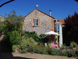 Charming 1 bedroom Happisburgh Cottage with Internet Access - Happisburgh vacation rentals