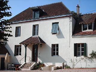 Cozy 2 bedroom Gite in Vierzon with Internet Access - Vierzon vacation rentals