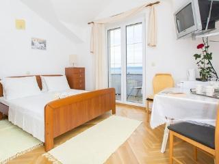 Bol Regina Apartments - RoomB - Bol vacation rentals