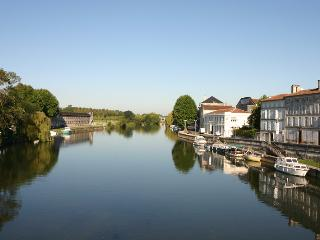 Bright 2 bedroom Jarnac Townhouse with Satellite Or Cable TV - Jarnac vacation rentals