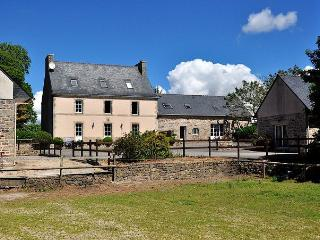 Adorable 6 bedroom Plogonnec Gite with Internet Access - Plogonnec vacation rentals