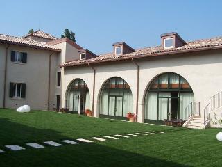 Large two bedrooms Courtyard - Peschiera del Garda vacation rentals