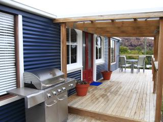 Cozy 2 bedroom Nubeena Cottage with Deck - Nubeena vacation rentals