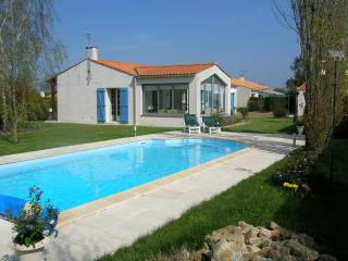 A lovely detached holiday Villa, with heated pool in Apremont Vendee. - Apremont vacation rentals