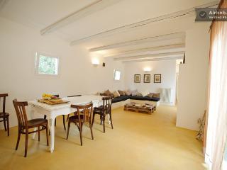 Bright 5 bedroom San Michele Salentino Farmhouse Barn with Internet Access - San Michele Salentino vacation rentals
