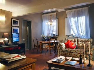Stylish 3 bedroom apartment in Lucca Historical Centre, sleeps 6 - Lucca vacation rentals