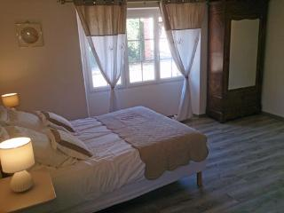 Romantic 1 bedroom Guest house in Sens - Sens vacation rentals