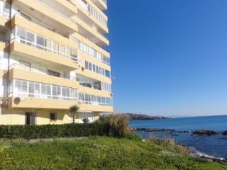 Beautiful 2 bedroom Torreguadiaro Apartment with Internet Access - Torreguadiaro vacation rentals