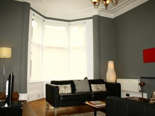 Lovely Apartment in Glasgow with Central Heating, sleeps 6 - Glasgow vacation rentals