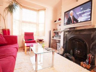 Lovely Townhouse in Brighton with Dishwasher, sleeps 10 - Brighton vacation rentals