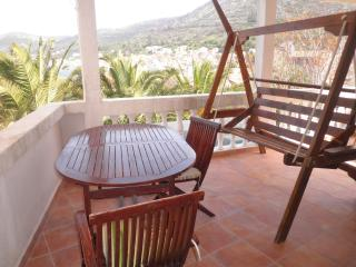 Red apartment (sea view, terrace, for 2) - Vis vacation rentals
