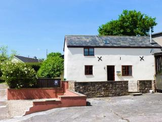 STABLES COTTAGE, feature beams, enclosed garden with furniture, woodburning stove, Ref 911946 - Crediton vacation rentals