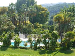 Verdure, calme et lumière pour ce 80M2 pour 4 - Antibes vacation rentals